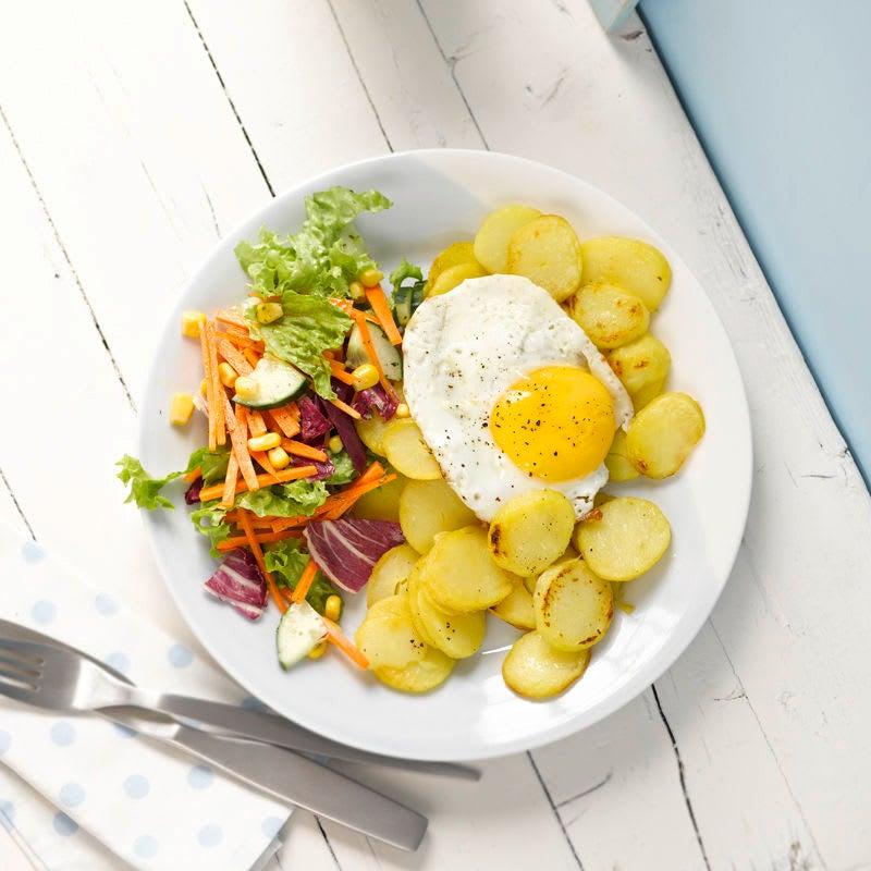 Foto Bratkartoffeln mit Spiegelei und Salat von WW