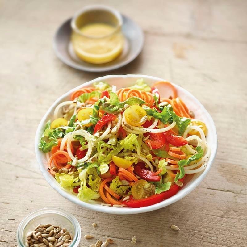 Foto Salat mit Gemüsestreifen und Sonnenblumenkernen von WW