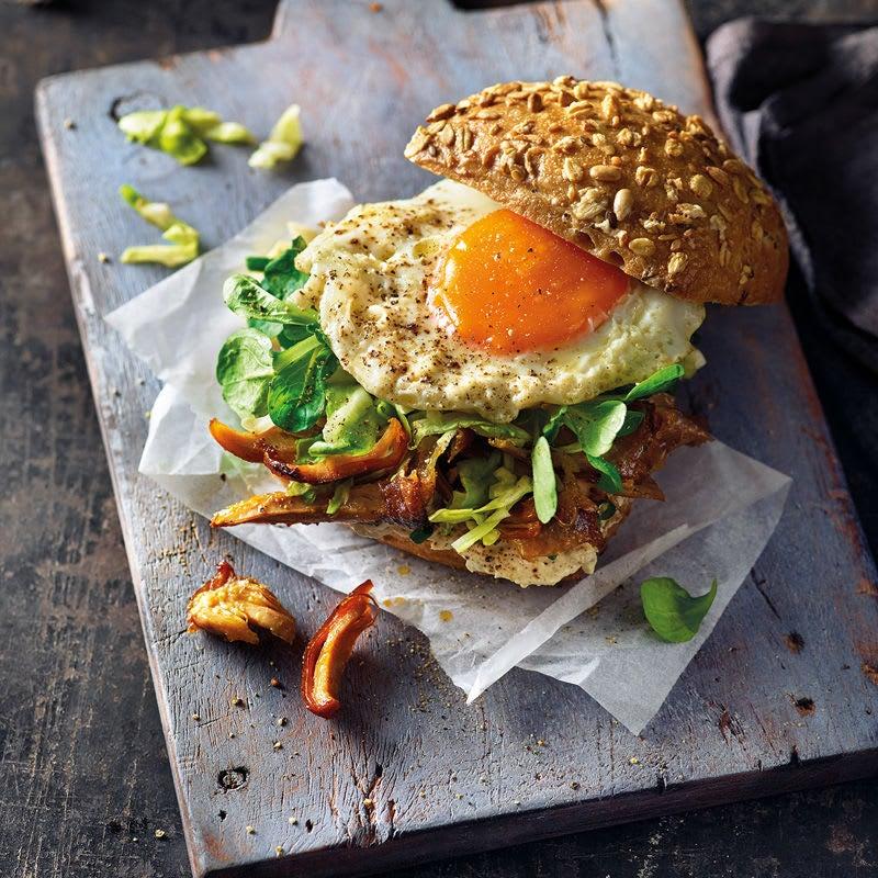 Foto Geflügelburger mit Spitzkohl und Ei von WW