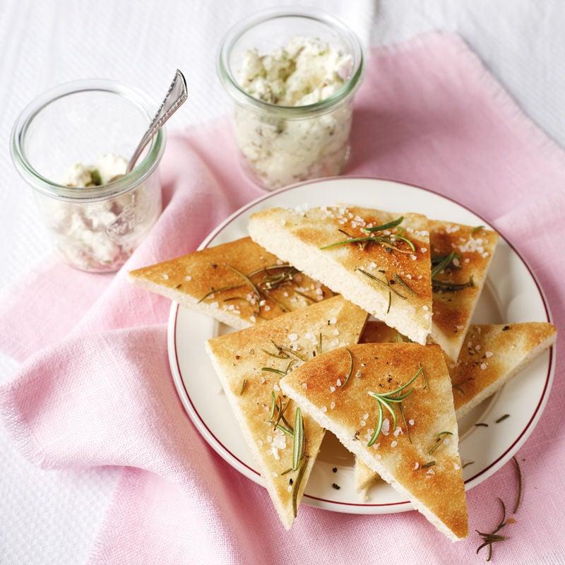 Photo de Pain focaccia et sauce aux olives et au fromage prise par WW