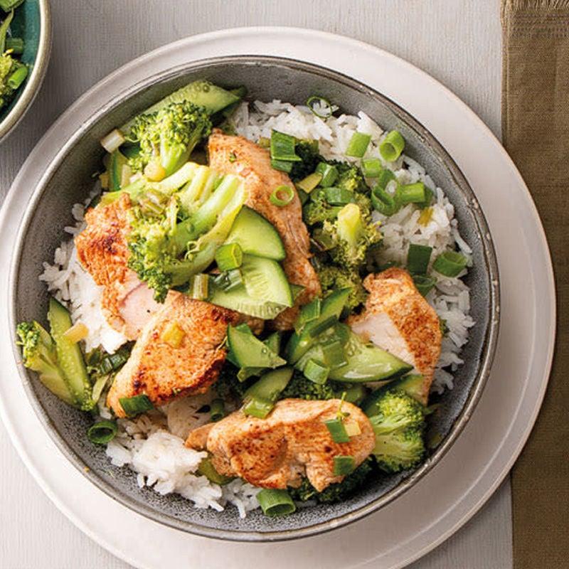 Photo de Légumes verts pour wok avec tranches de poulet et riz basmati prise par WW