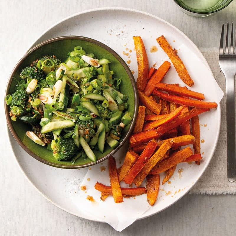 Foto Lauwarmer Broccolisalat mit Cashewdressing und Süsskartoffelpommes von WW