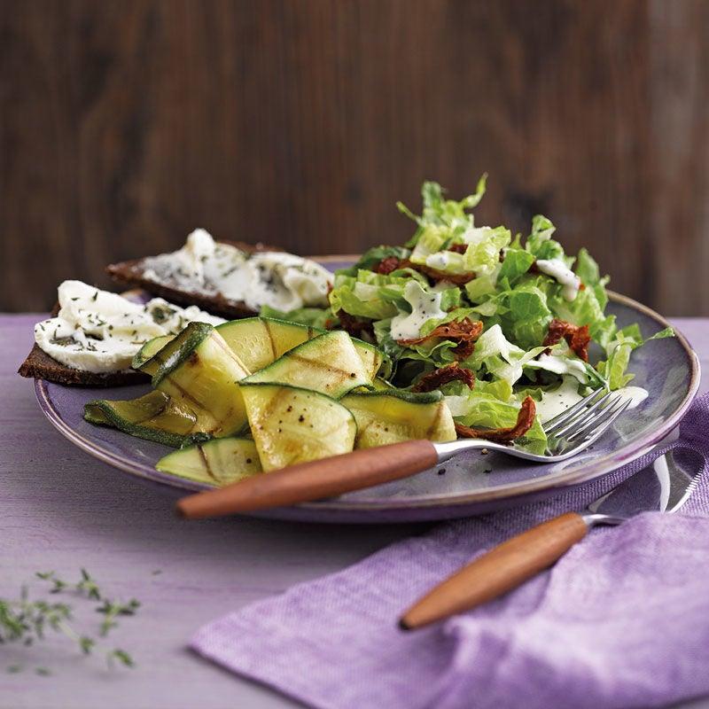 Foto Gegrillter Zucchinisalat mit Pumpernickel-Quark-Ecken von WW