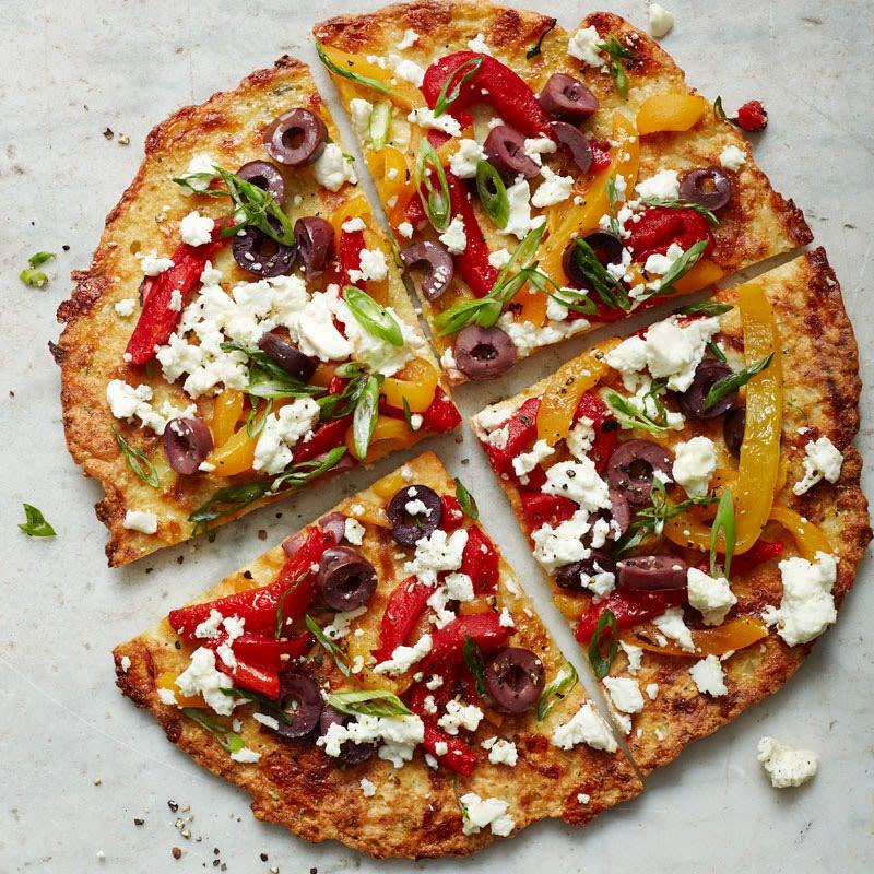 Foto Knusprige Blumenkohlpizza mit Feta und Oliven von WW