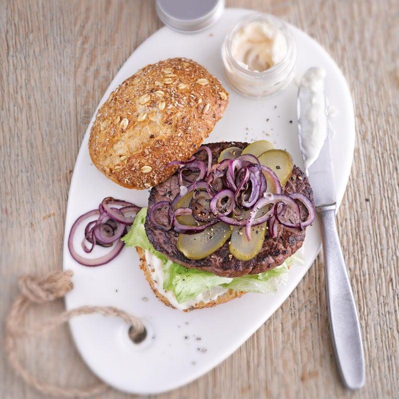 Foto Steak-Burger mit Zwiebelringen von WW